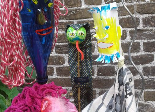 gemaakte poppen van afvalmateriaal