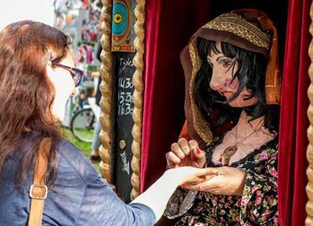 Straattheater Madame rosalie voorspelt live