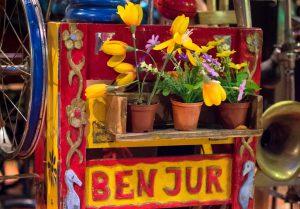Straatmuzikant Ben Jur bloemetjes buiten