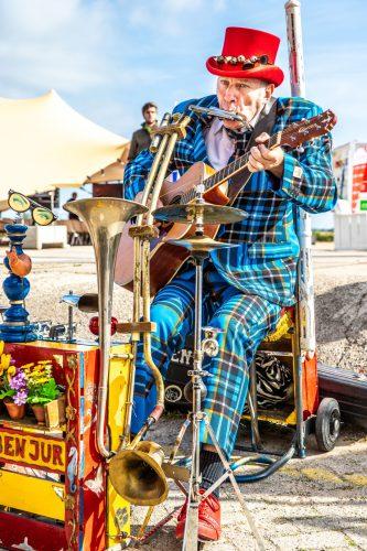 Overleven in Coronatijd Streetartist one man band BEN JUR